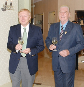 Bruce Hoppe (left), from Emerson Electric (Thailand) Ltd. and Helmut Buchberger, past president of the Rotary Club of Jomtien-Pattaya enjoy sampling some of the white.