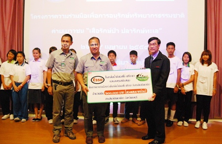 Representatives from Esso refinery in Sriracha donate 200,000 baht to the zoo.
