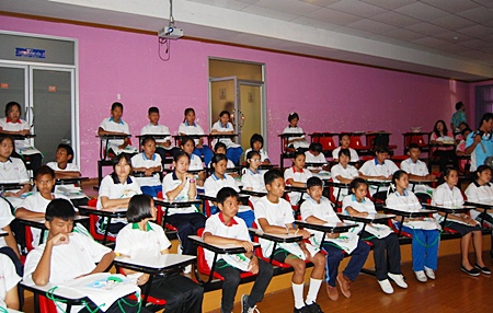 70 students from 11 Sriracha-area schools listen to experts talk about the role of tigers and fish in nature.