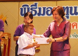Diana Group MD Sopin Thappajug presents scholarships to the young scholars.