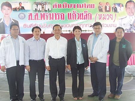 Pojanat Kaewpluek, Democrat MP for region 2 in Chonburi welcomes Pol. Maj. Gen Tha-ngai Pratsjaksatroo who spoke at the seminar.