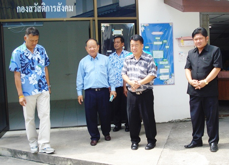 Nongprue Mayor Mai Chaiyanit (2nd left) announces the setting up of the new police station.