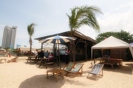 Officials set upon illegal shops set up along Najomtien Beach with the intent of having them removed.