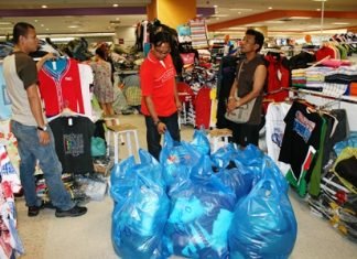 Vendors in and around the shopping mall caught selling counterfeit goods were arrested and had their wares confiscated.