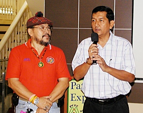 Fellow member Sermsakdi (left) introduces and translates for Chaowalit Sangutai (right), the new Nai Amphur (District Chief) for Banglamung. Chaowalit, accompanied by two of his staff, said he was happy to be back in Banglamung & looked forward to working with the Pattaya City Expats Club.