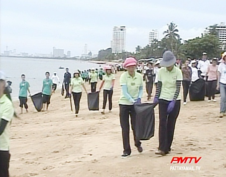 Hundreds take part in the beach clean up