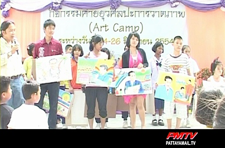 The children show their paintings of his majesty the king.