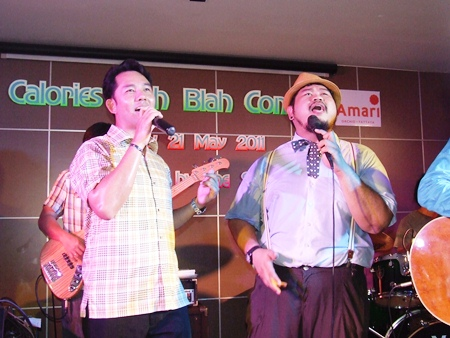 Mayor Itthiphol Khunplome (left) joins 'Pop' for a special duet performance on stage.