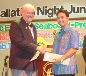 Mayor Itthiphol Kunplome congratulates Hubert Meier, President of the Rotary Club of Phoenix Pattaya.