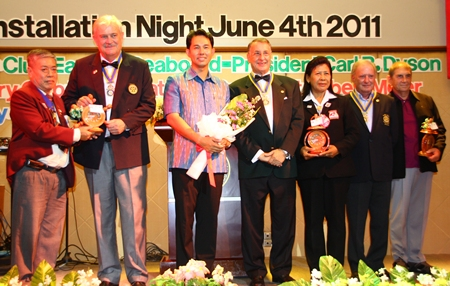 Mayor Itthiphol Kunplome and presidents of the Rotary Club of Thongphaphum in Kanchanaburi congratulate the new presidents.