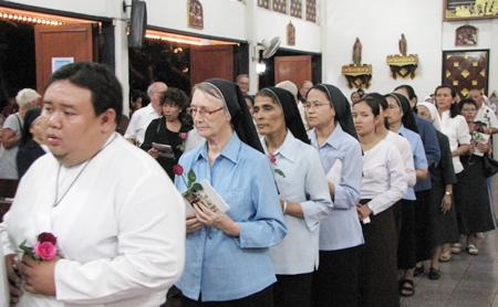 Some of the over 1,000 people who celebrated mass at Pattaya's St. Nikolas Church to mark 100 days since the death of former Father Ray Foundation President Father Lawrence Patin.