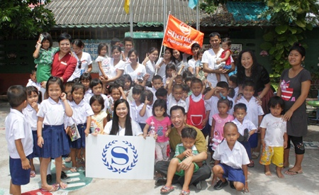 Happiness is all around when Ms. Malinee Turaharn (1st left, back row), the director of human resources for Sheraton Pattaya Resort, along with her team members and Pim from the Seaton Foundation went to the Child Care Center at Soi Khopai on Wednesday May 25.