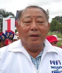 Adm. Surapol Chandang, Puea Thai's Zone 8 candidate, goes door-to-door in Sattahip soliciting votes/