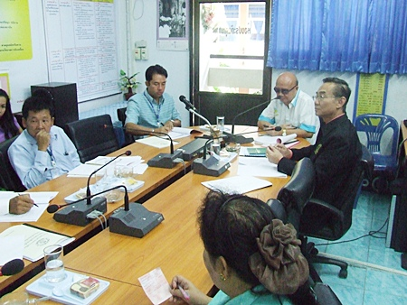 Mayor Itthiphol Kunplome chairs a budget meeting with Koh Larn Principal Yupaporn Pitiworn and education officials.