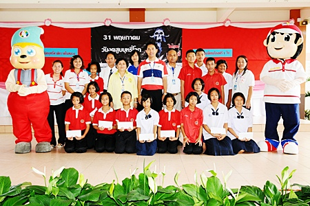 Mayor Itthiphol Kunplome, city officials, teachers and students participate in World No Tobacco Day activities.