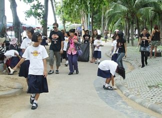 Hard Rockers and students from Ban Amphor School pitch in to clean up the promenade along Pattaya Beach.