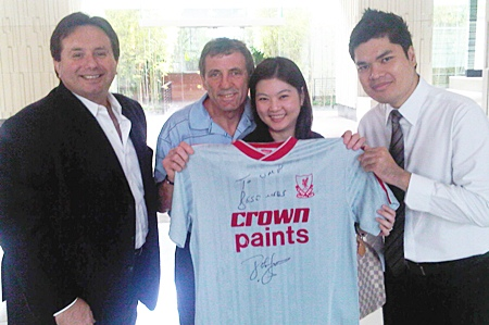 Cris Rosenbergs (left), Director of North Scoreboard, owner and creator of the Football Legends concept and Alan Kennedy (centre), Tour Manager, are bringing the Football Legends Tour to Thailand's football-loving public.