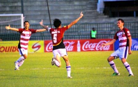 Pattaya United's Niweat Siriwong, center, celebrates after giving his team the lead at the Army Sports Stadium in Bangkok, Saturday, June 4. (Photo/Ariyawat Nuamsawat)