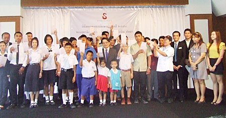 Management at the Sunbeam Hotel in Pattaya present nearly 100,000 baht in scholarships to the hotel employees' children.