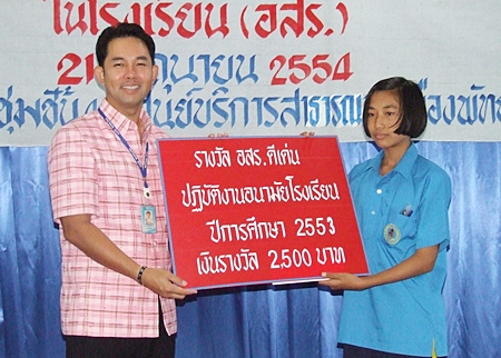 Mayor Itthiphol Kunplome poses with a student vying for the 2,500 baht prize for the city's best school health volunteer.