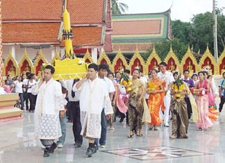 The group performs the Wien Thien, circling the temple 3 times before entering to pray.