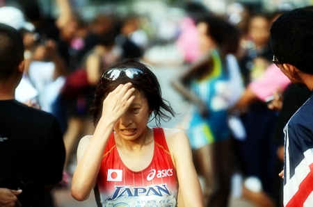 A despondent Noriko Higuchi misses out on first place in the women's marathon by just one second.