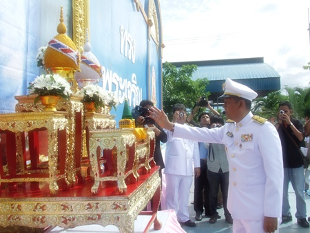 Banglamung District Chief Chawalit Saeng-Uthai makes an offering to Her Majesty the Queen in honor of her birthday.