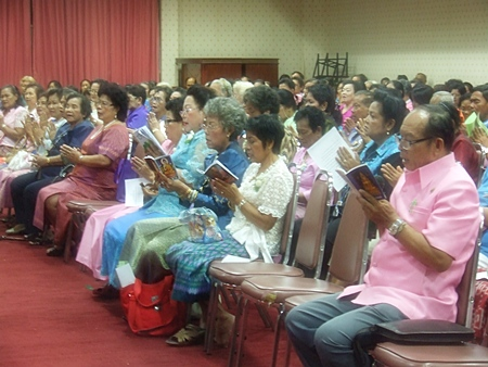 More than 300 Pattaya elderly folks participate in a prayer session for Her Majesty the Queen.