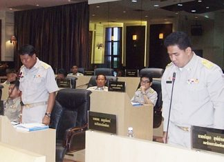 The newly elected members Morakot Noohuang (left) and Nakhon Phonlookin (right) state their pledge to act under the Public Administration Act of Pattaya 2009.
