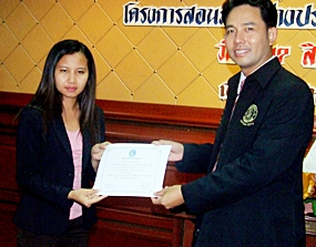 Rungarun Jumanat, Central Festival Pattaya Beach employee, receives her Diploma from the Mayor Itthiphol Kunplome.