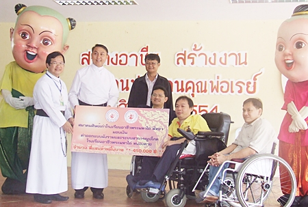Narin Sirimanathorn (front, 2nd right), president of the Fr Ray Redemptorist Vocational School Alumni Association, presents the initial donation of 450,000 baht to go towards building a new Redemptorist Vocational School in Nong Khai.