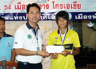 "Siriporn Kaewduangngak or ""Nong Dao"" (right), sporting her silver medal, accepts a Sports Authority of Thailand scholarship donation from Pattaya City Mayor and acting President of the Thailand Windsurfing Association, Itthipol Khunplome (left)."