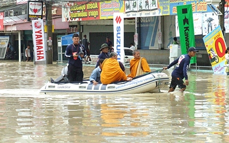 Sawang Boriboon volunteers launch rubber boats to rescue citizens and monks unable to escape the flood on Sukhumvit Road.
