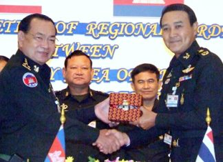 Royal Thai Army Col. Udomek Seetabut and Cambodian 5th Sector commander, Lt. Gen. Bun Seng, jointly sign a memorandum between Thailand and Cambodia.