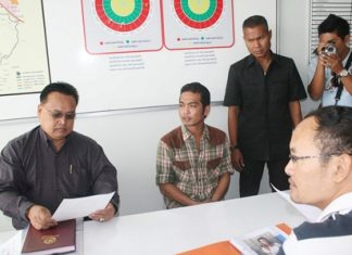 Khomsan Kerdkaew (2nd left), one of four people wanted for the August kidnapping and shooting of a pair of Nonthaburi men, surrenders to police in Huay Yai.