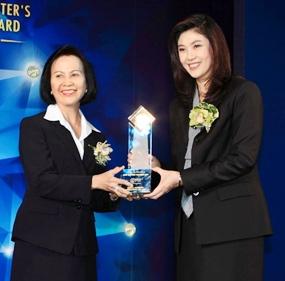 MUIC Dean Maleeya Kruatrachue receives the award from PM Yingluck Shinawatra.