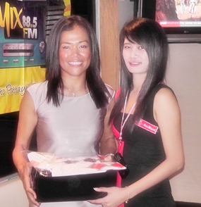 Ladies winner Ning Neal (left) accepts her prize.