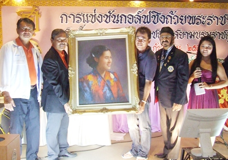 Pulwachorn Jitphaisansirikul (3rd left) was the proud auction winner of HRH Maha Chakri Sirindhorn's portrait.