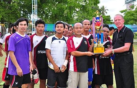 Gerrit Niehaus presents the runner-up trophy to the Thai Souvenir & SilverLine team.
