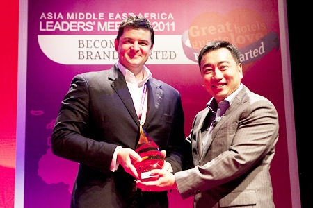 Craig J. Ryan (left), General Manager of the Holiday Inn Pattaya receives an award from Clarence Tan (right), Chief Executive Officer of IHG Japan.