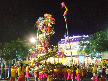 After sunset, the dragon show is an amazing attraction. (Photo by Phasakorn Channgam)