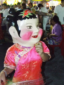 'Pae Yim', also called 'Sim Hua Roa' or the Laughing Aunty, is a permanent fixture during Chinese type holidays.