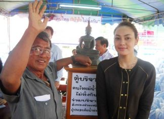 Former Najomtien Mayor Srinuan Maakme and actress Tak Bongkot help residents collect supplies for flood stricken residents in Ayutthaya.