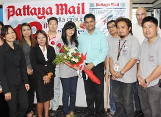 Pattaya Mail staff, led by Assistant Managing Director Suwanthep Malhotra (center right) say goodbye to Watjana Thaworn (center left).