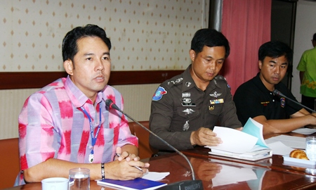 Mayor Itthiphol Kunplome (left) tells tour operators to standardize their prices to avoid losing the Russian tourist trade.