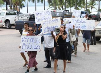 Merchants in Sattahip march to try and stop the building of a Tesco Express in their neighborhood.