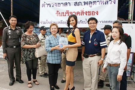 Thailand Universe Chanyasorn Sakornchan (center) is helping a charity drive to help flood victims in Ayutthaya.