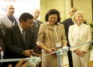 "Philippine Vice President and Secretary of the Housing and Urban Development Coordinating Council Jejomar ""Jojo"" Binay (left) and Sirirat Ayuwatana (center), Thailand's Deputy Permanent Secretary, Ministry of Social Development and Human Security, cut the ceremonial ribbon for the 3rd Asia-Pacific Housing Forum (APHF) & Exhibition in Bangkok."