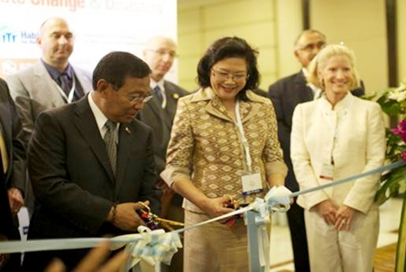"""Philippine Vice President and Secretary of the Housing and Urban Development Coordinating Council Jejomar """"Jojo"""" Binay (left) and Sirirat Ayuwatana (center), Thailand's Deputy Permanent Secretary, Ministry of Social Development and Human Security, cut the ceremonial ribbon for the 3rd Asia-Pacific Housing Forum (APHF) & Exhibition in Bangkok."""