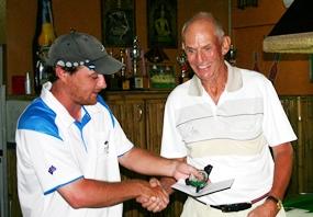 B Flight winner Ole Stamnes (right) receives his award from event organiser Russell Exley.